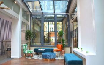 La salle d'attente dans la rue Saint Honoré est équipée d'un toit en verre pour bénéficier optimalement de la lumière naturelle