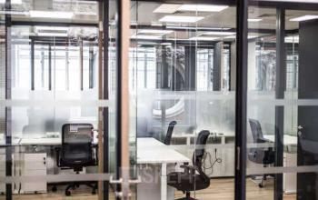 Différents espaces de bureaux aux cloisons vitrées à la rue Meyerbeer