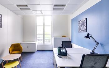 Espace de bureau convivial avec murs aux couleurs vives à la rue de Londres