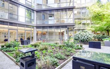Cour intérieure avec jardin au centre d'affaires à la rue de Londres