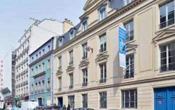 Places de stationnement devant l'entrée au centre d'affaires à la rue de Londres