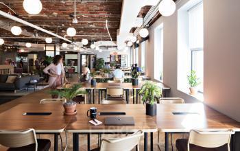 Apportez votre ordinateur portable, choisissez une place libre et mettez-vous au travail dans la rue Jules Lefebvre