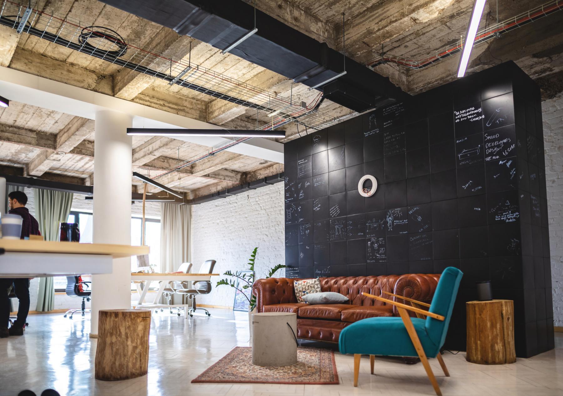 Un bureau en open space et un espace de convivialité décoré avec goût