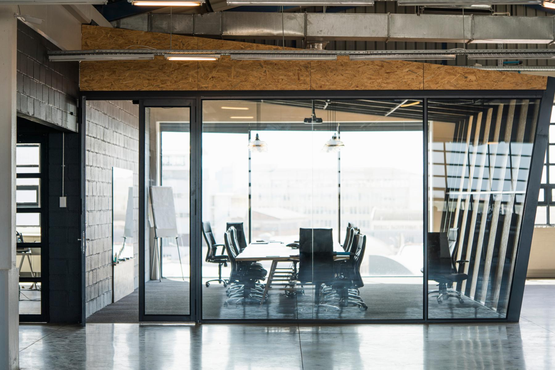 This bright meeting room allows you to organize your meetings