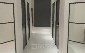 Hall de notre centre d'affaires avec accès aux plusieurs bureaux privatifs à la rue de Nice