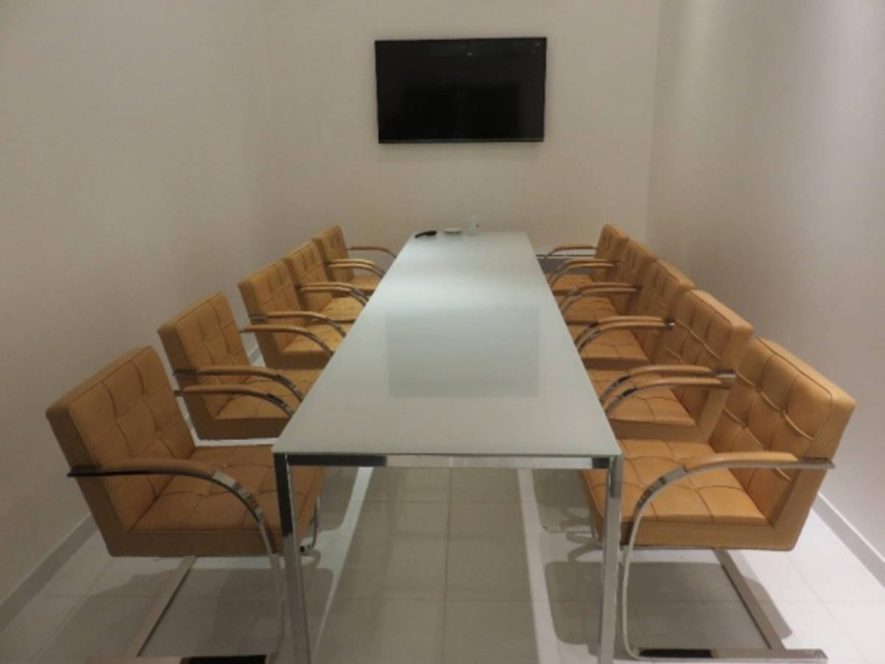 Salle de réunion équipée de dix fauteuils et d'un écran LCD à la rue de Nice