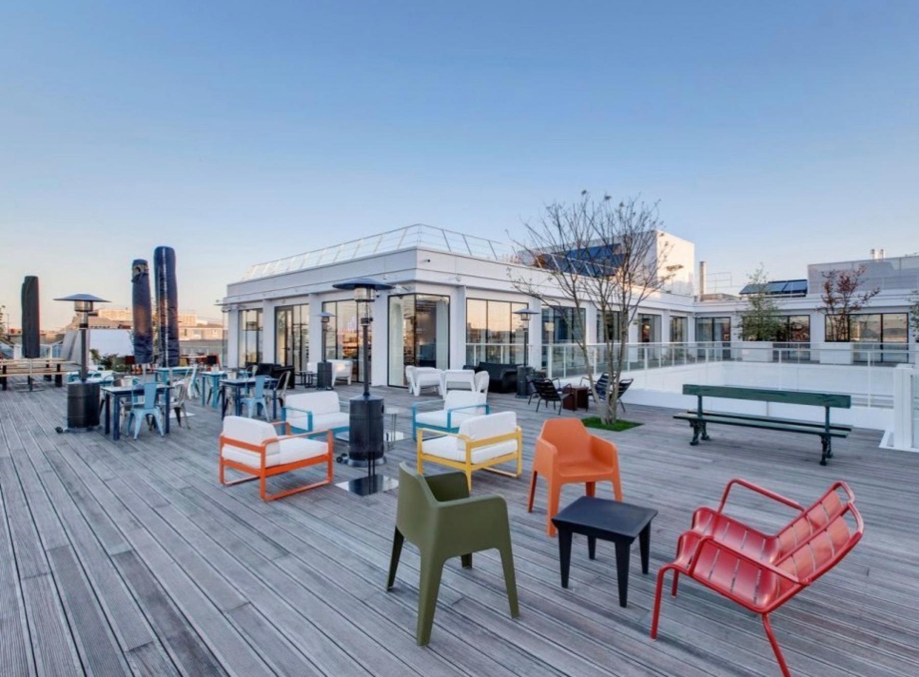 Notre rooftop est l'endroit idéal pour siroter un verre avec vos collègues dans la rue de la Chapelle