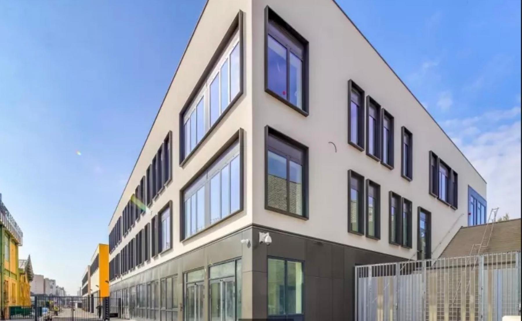Façade immeuble de bureaux dans la rue de la Chapelle