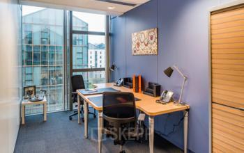 Espace de bureau coloré avec fauteuils confortables dans la Rue de Cambrai