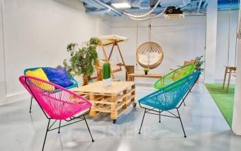 Espace commun doté de chaises aux couleurs vives au boulevard Macdonald