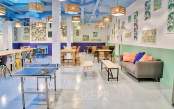 Un concours de ping-pong avec vos collègues est un incontournable au boulevard Macdonald