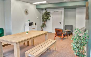 Espace décoré avec soin avec plantes d'intérieur au boulevard Macdonald