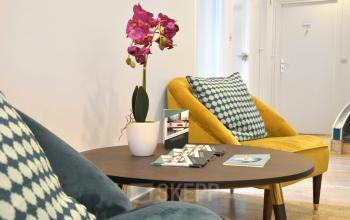 Salle d'attente avec fauteuils confortables aux couleurs vives dans la rue de la Clef