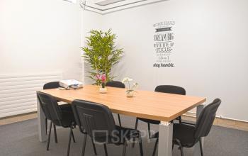 Salle de réunion lumineuse décorée avec plantes d'intérieur dans la rue de la Clef