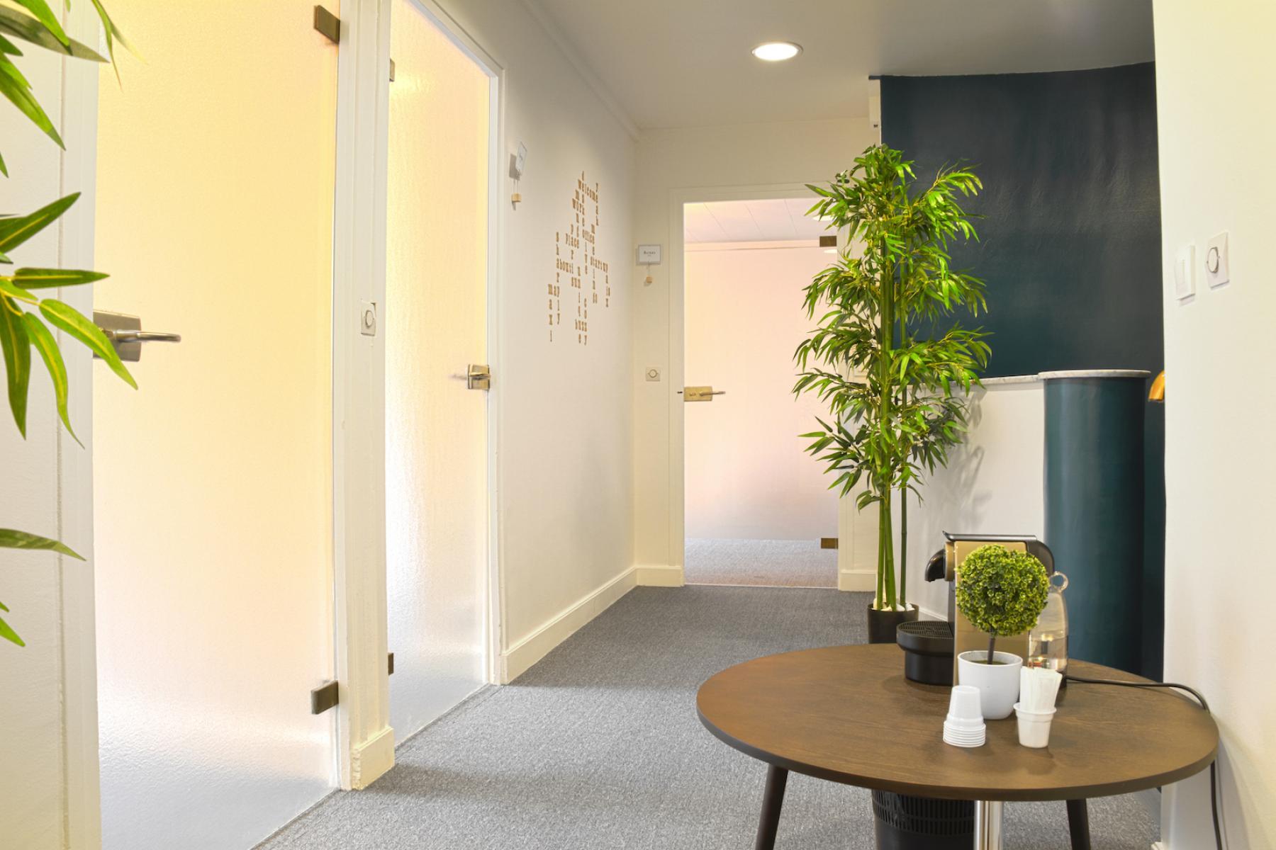 Couloir avec accès aux bureaux privatifs dans la rue de la Clef