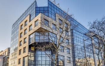 Façade immeuble de bureaux vitrés situé dans la rue Edouard Vaillant