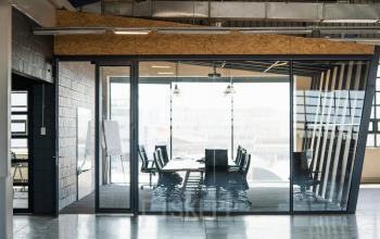 Cette salle de réunion lumineuse vous permet d'organiser vos meetings