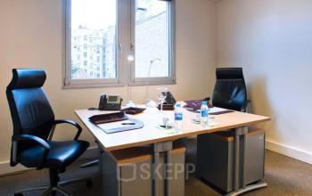 Cet espace de bureau est équipé de fauteuils confortables à l'avenue Victor Hugo