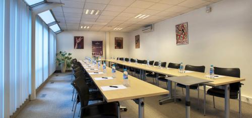 Une salle de réunion entièrement équipée est à votre disposition à l'avenue Victor Hugo