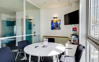 Cette salle d'entretien est l'endroit idéal pour partager vos idées au sein de vos équipes dans la rue de la Haye