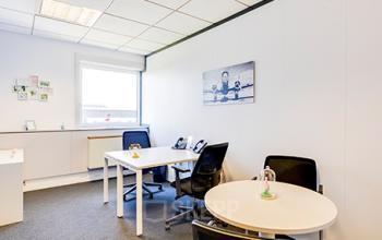 Ce bureau privatif est doté d'une table ronde pour vos entretiens dans la rue de la Haye