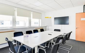 Cette salle de réunion est équipée d'un écran LCD pour que vous puissiez organiser vos événements d'entreprise en simplicite dans la tue de la Haye