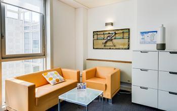 Ce coin de salon est équipe d'un canapé confortable pour un peu de repos après le travail dans la rue de la Haye