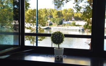 Ce bureau privatif avec vue sur la Seine fera vous rêver à l'allée de l'Europe