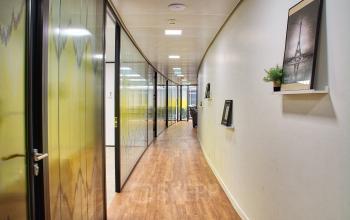 Couloir avec accès aux bureaux privatifs au cours Valmy