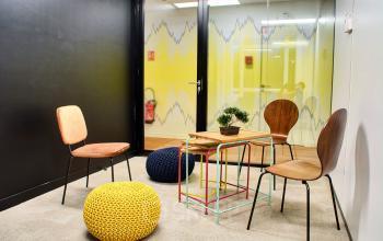 Salle de brainstorming favorisant la collaboration pour vos réunions en équipe au cours Valmy