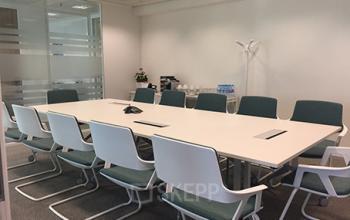 Cette salle de réunion est entièrement équipée et peut être utilisée pour des réunions et accueillir vos clients dans un cadre différent à la Place de l'Iris