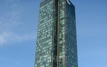Immeuble de bureaux à Paris La Défense près de la station de métro Esplanade