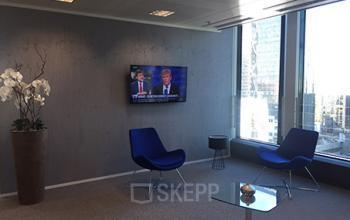 Salle d'attente avec mobilier et télé à la Place de l'Iris