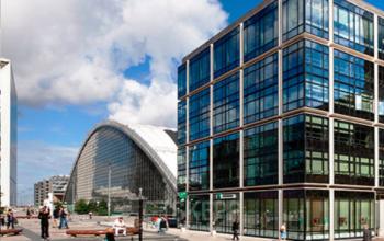 Bâtiment de bureaux moderne juste à côté de la Grande Arche