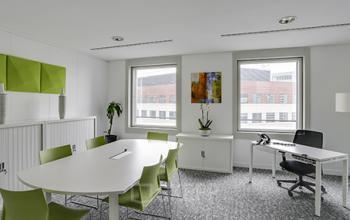 Bureau privé doté d'une large table pour vos interviews à l'allée de l'Arche