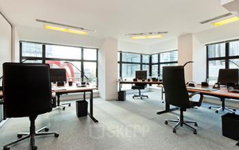 Espace de bureau spacieux doté de fauteuils ergonomiques à l'allée de l'Arche