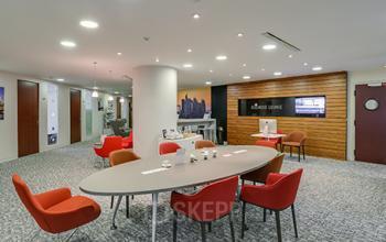 Table ovale dans notre salon d'affaires dans lequel vous pouvez organiser vos entretiens à l'allée de l'Arche