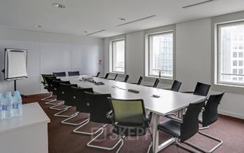 Salle de réunion avec fauteuils en cuir et table de conférence à l'allée de l'Arche
