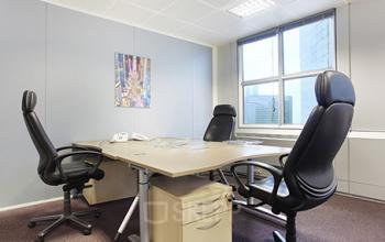 Espace de bureau prêt à l'emploi doté de fauteuils confortables à la Grande Arche