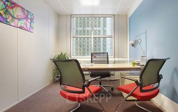 Bureau privé spacieux avec des murs aux couleurs vives à la Grande Arche