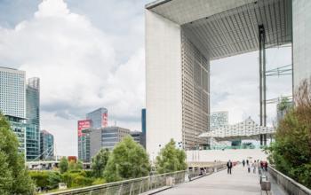 Vue de face de la Grande Arche avec pont-promenade à la Défense