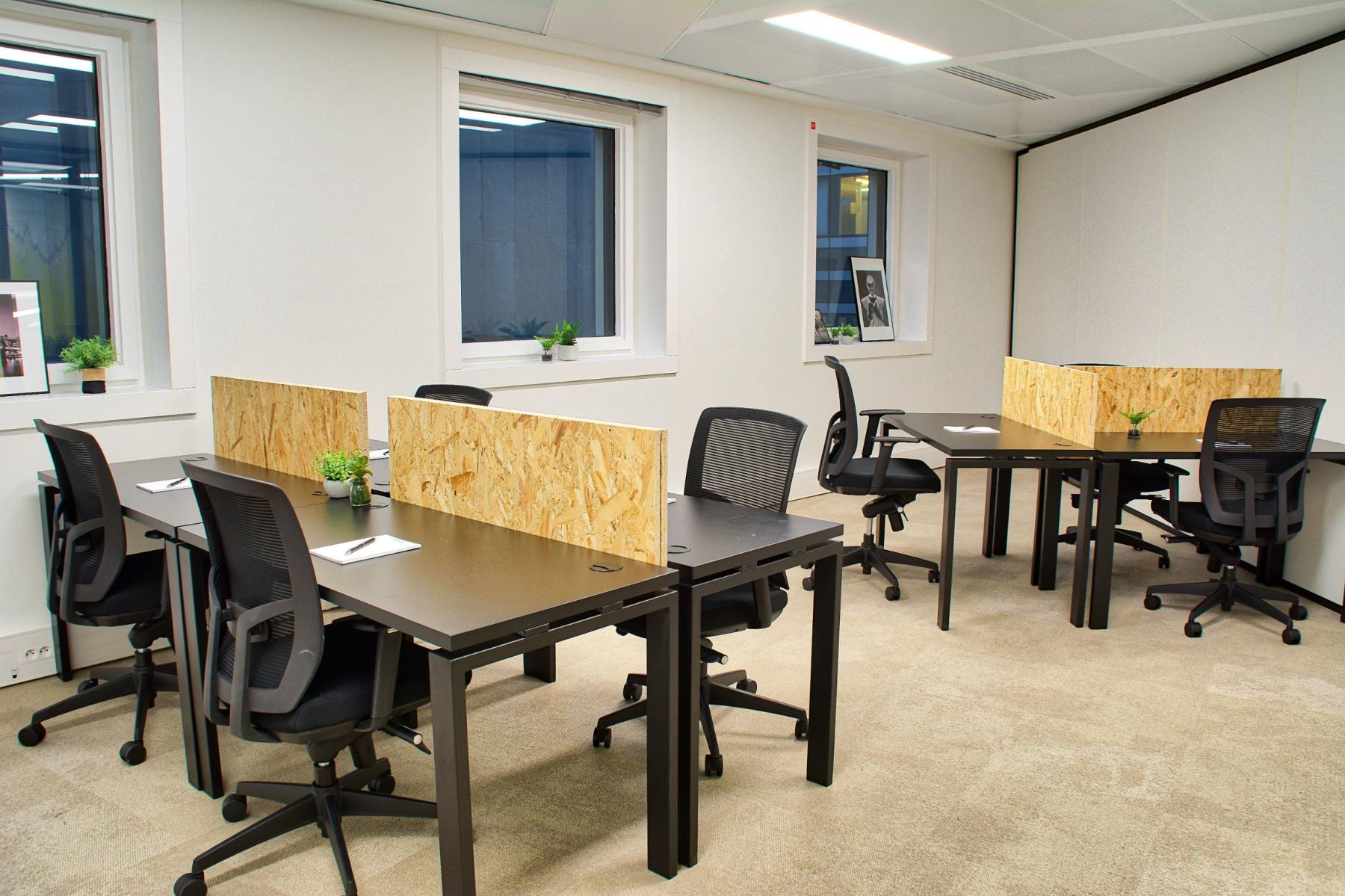 Desks to share with separation screens to work in serenity during Valmy