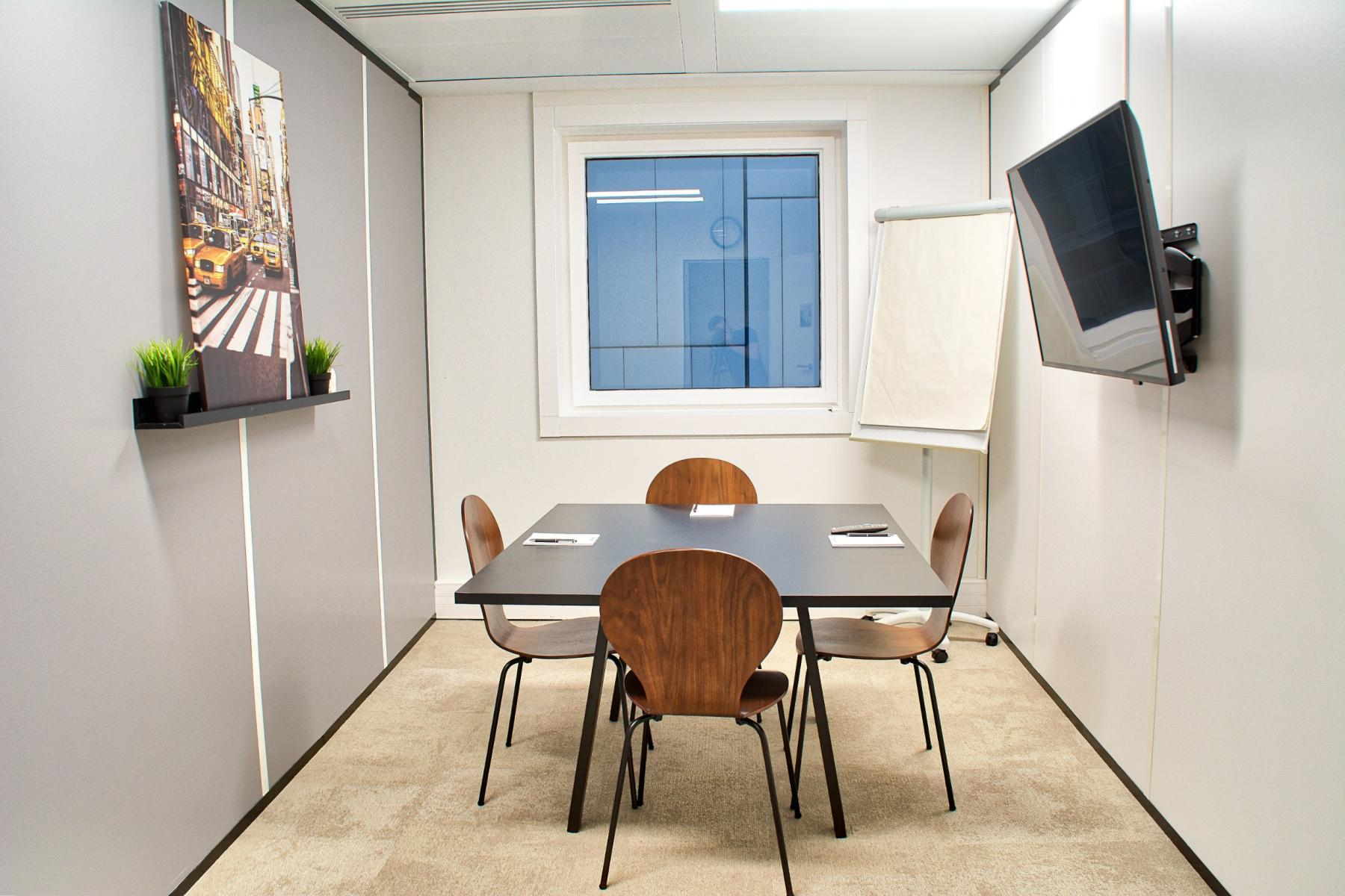 Meeting room for small groups or to organize your interviews at cours Valmy