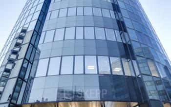 Immeuble de bureaux moderne et entièrement vitré à l'avenue Georges Wilson