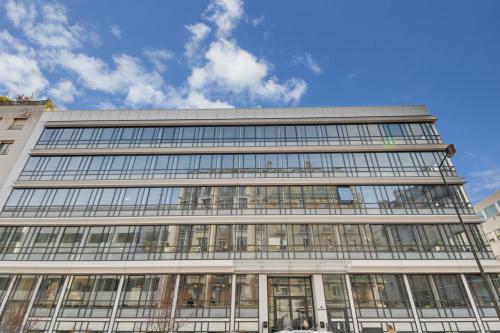 Cet immeuble de bureaux vous offre un cadre parfait pour développer vos affaires dans la rue de Villiers