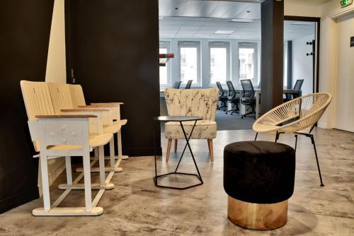 Espace de convivialité avec accès à nos bureaux en open space dans la rue de Chartres