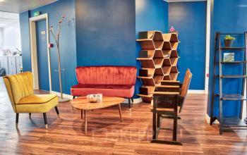 Notre salon chaleureux est l'endroit idéal pour trouver un peu de repos au travail dans la rue de Chartres
