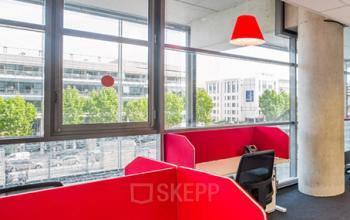 Bureaux en open space avec écrans de séparation au stade de France