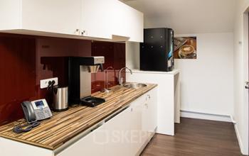 Notre kitchenette est le lieu où on se rassemble lors d'une pause café au stade de France