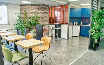 Préparez un délicieux repas dans notre cuisine et déjeuner avec vos collègues dans la salle à manger au quai de Gallieni